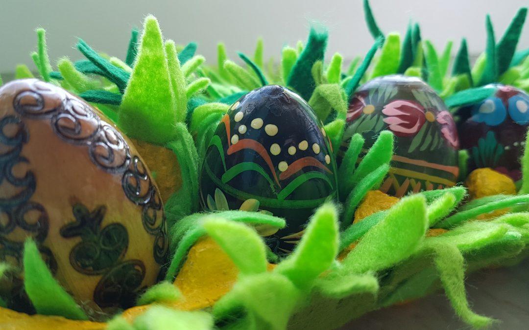 Jak zrobić dekoracje z wytłaczanki na jajka??